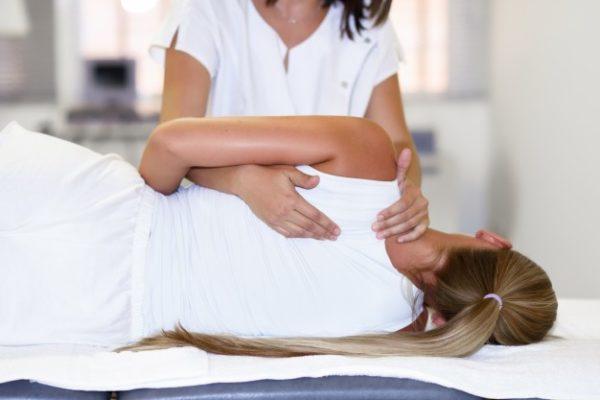 https://www.centromedicopiras.it/wp-content/uploads/2019/08/fisioterapista-femminile-professionale-che-da-massaggio-alle-spalle-alla-donna-bionda_1139-1113-600x400.jpg