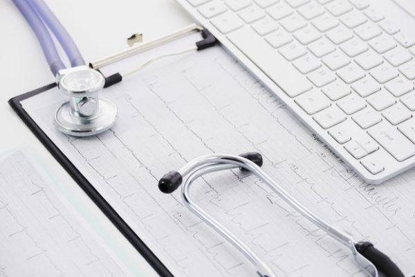 https://www.centromedicopiras.it/wp-content/uploads/2019/08/stetoscopio-sul-grafico-di-carta-ecg-e-laptop-su-sfondo-bianco_23-2148129590-600x400.jpg